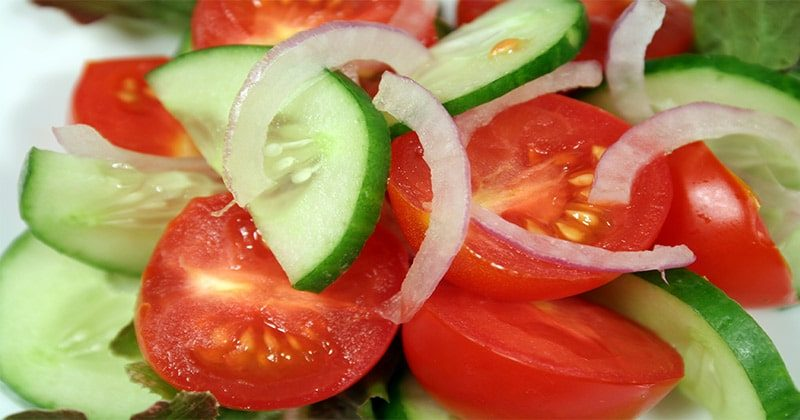 אל תכינו סלט עם מלפפון ועגבנייה ביחד… זאת הסיבה לכך