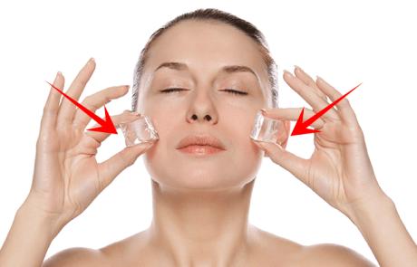 5 היתרונות של הנחת 2 קוביות קרח על הפנים